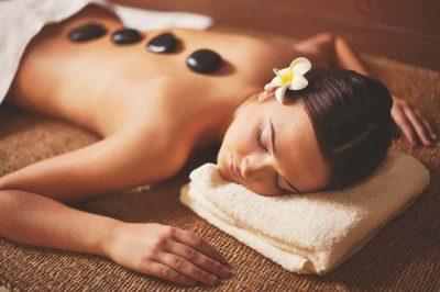 Portrait une femme en train de se faire masser aux pierres chaudes